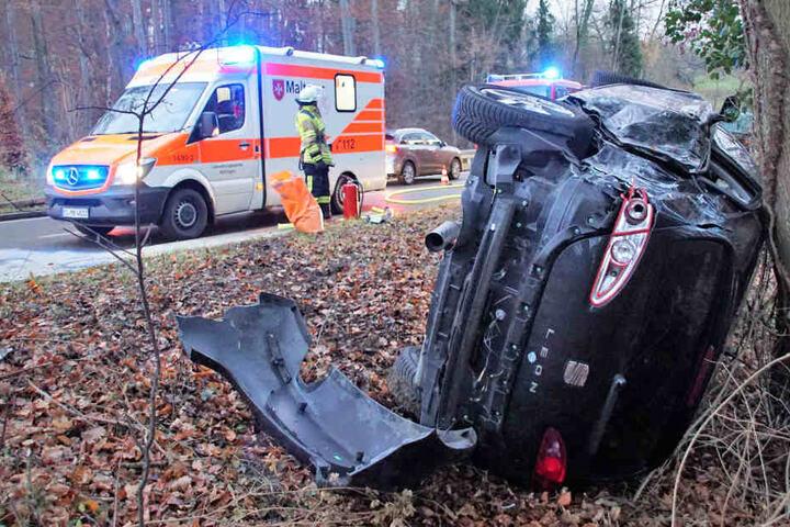 Der Seat Leon landete nach dem Unfall auf der Seite an einem Baum.