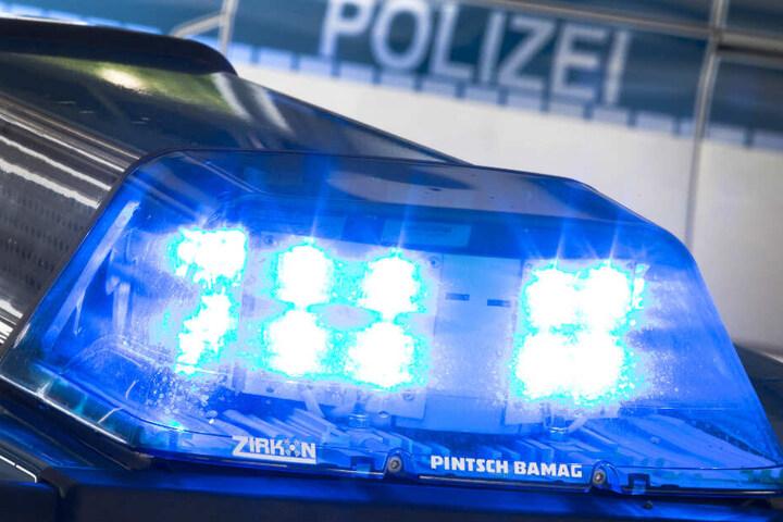 Das Blaulicht eines Polizeiwagens ist eingeschaltet und leuchtet. (Symbolbild)