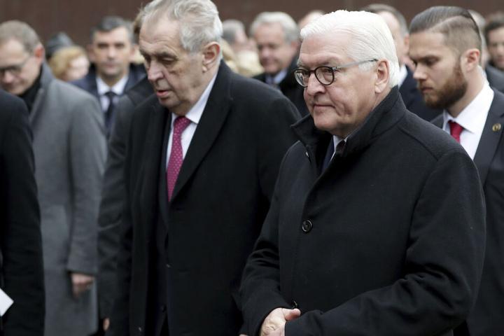 Milos Zeman (l.), Präsident von Tschechien, und Bundespräsident Frank-Walter Steinmeier nehmen an einer Gedenkveranstaltung der Stiftung Berliner Mauer an der Bernauer Straße teil.