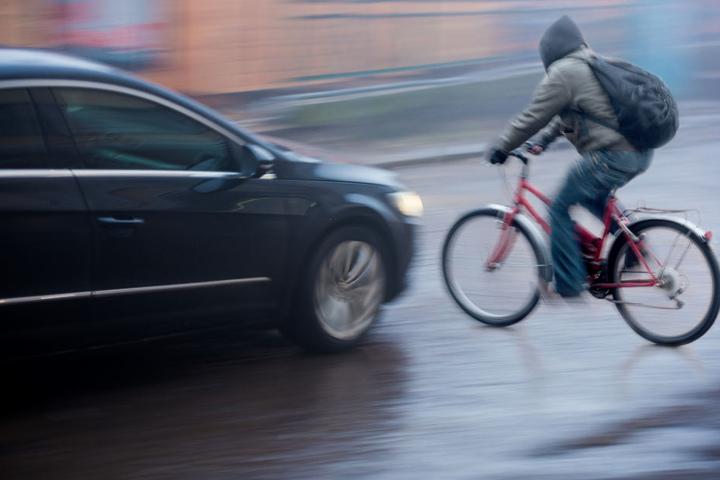 Radfahrer wurde von dem Mercedes erwischt und tödlich verletzt. (Symbolbild)
