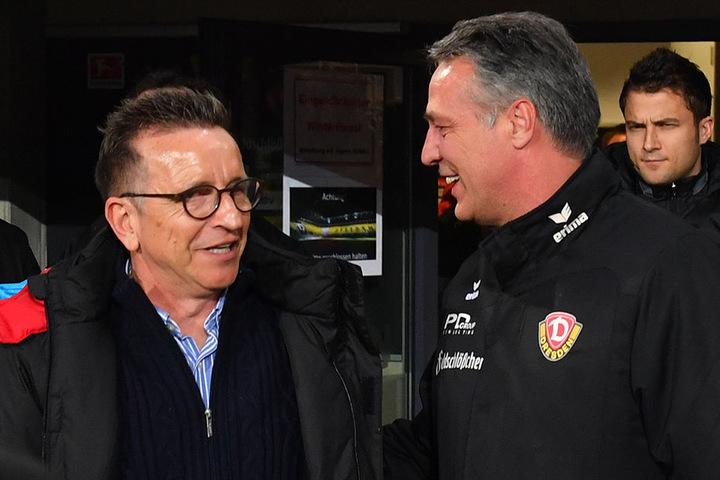 Dynamo-Coach Uwe Neuhaus (r.) mit seinem Lauterer Kollegen Norbert Meier. Die Gefühlslage beider war nach dem 3:3 sehr unterschiedlich.