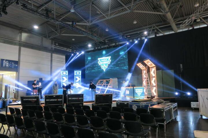 """Auf der großen Bühne am Eingang wird über das gesamte Wochenende die Rocket-League-Turnierreihe """"Dreamhack Pro Circuit"""" ausgetragen."""