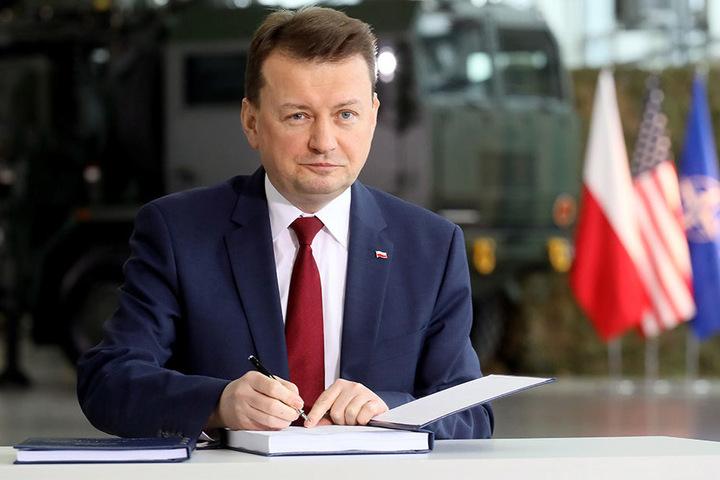 """Mariusz Blaszczak, Verteidigungsminister von Polen, unterzeichnet den Kaufvertrag für eine Lieferung von zwei Boden-Luft-Raketensystemen vom Typ """"Patriot"""" aus den USA."""