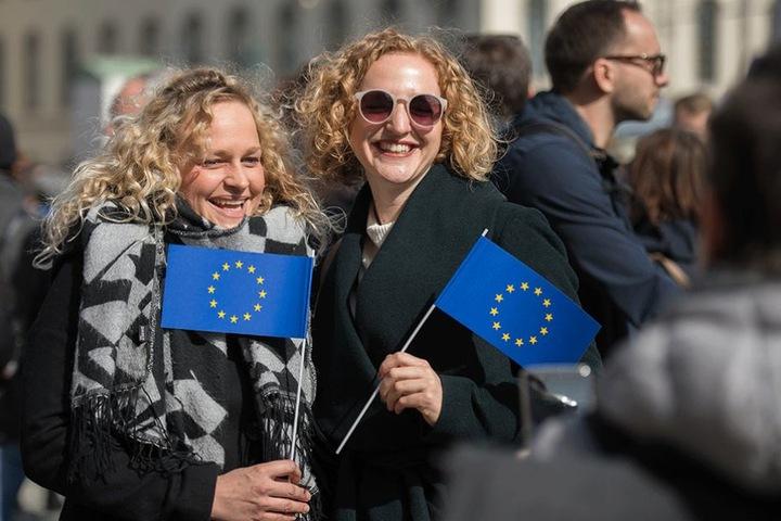 Zwei Frauen lassen sich mit Europafähnchen fotografieren, während sie an einer Demonstration des Bundesverbands Europa-Union Deutschland e.V. (EUD) teilnehmen.