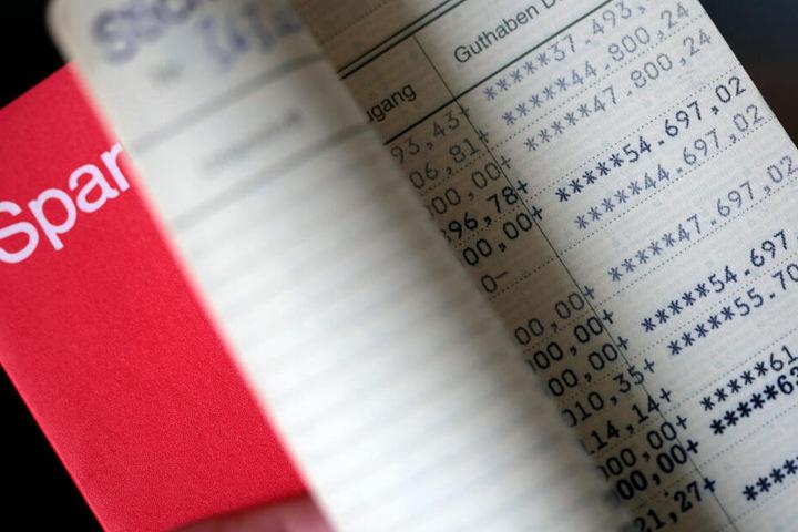 Das gute alte Sparbuch wirft schon lange keine Zinsen mehr ab. (Archivbild)