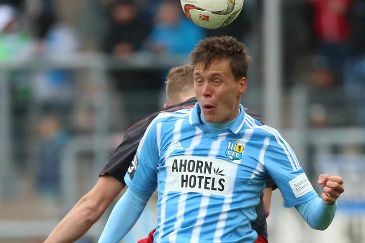 In der 3. Liga spielte Alexander Bittroff zu Saisonbeginn als  Rechtsverteidiger. Im Pokal gegen Lok Zwickau durfte er erstmals wieder als  Linksverteidiger ran, hier beim Kopfballduell mit Michael Blechschmidt.