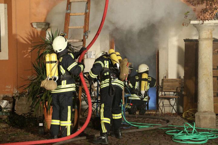 Die Feuerwehr kämpfte mehr als fünf Stunden gegen die Flammen an.