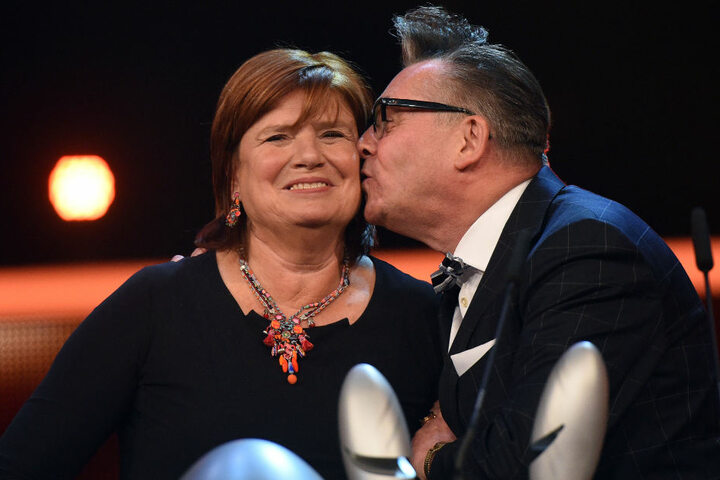 """Küsschen für die TV-Partnerin: Alsmann moderierte mit Christine Westermann die Sendung """"Zimmer Frei!"""" von 1996 bis 2016."""
