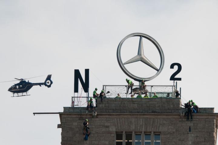 """""""NO2"""": Der von weitem sichtbare Mercedes-Stern auf der Turmspitze wurde in den Protest mit einbezogen."""