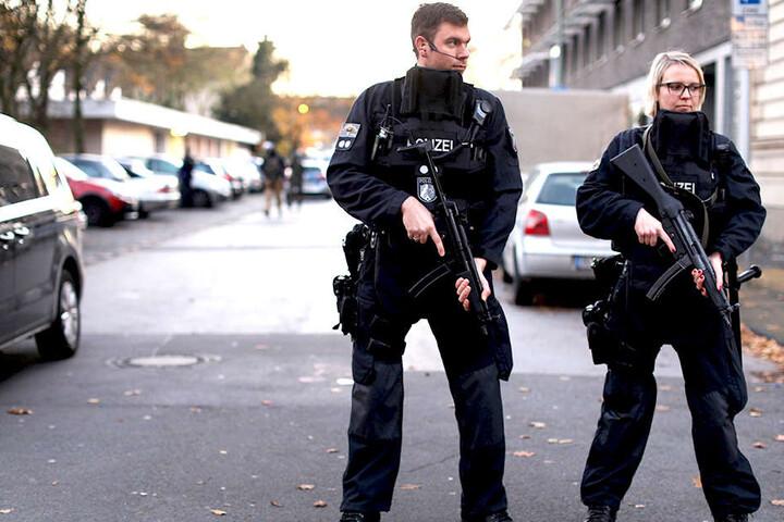 Spezialeinsatzkräfte eilten herbei und sicherten die Schule.