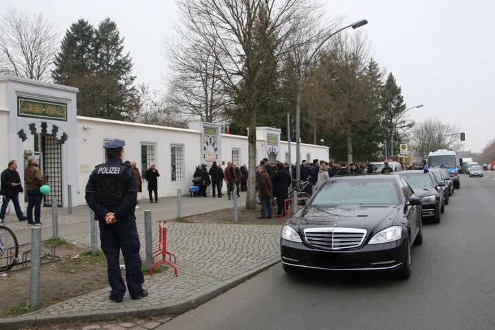Auch vor der Moschee am Columbiadamm zeigt die Polizei Präsenz.