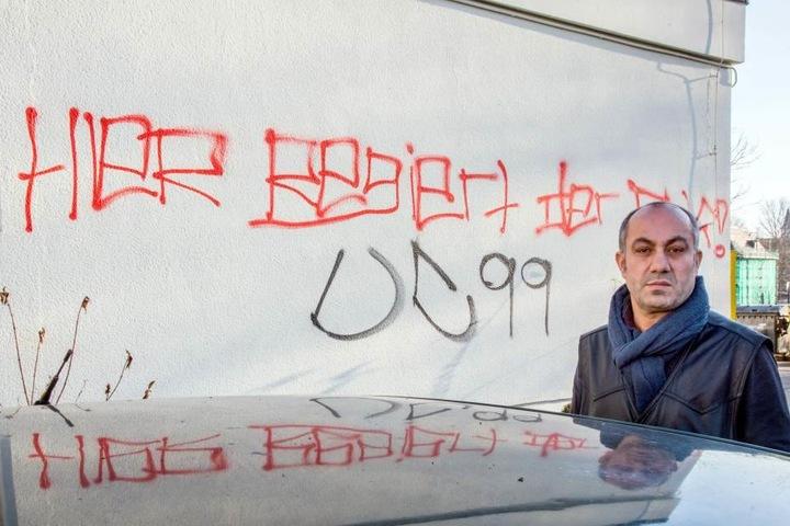 Bäcker Yavuz Kaya (52) vor der beschmierten Fassade seiner Bäckerei.