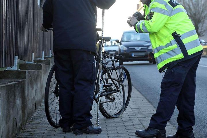 Die Polizei fotografiert das beschädigte Fahrrad.