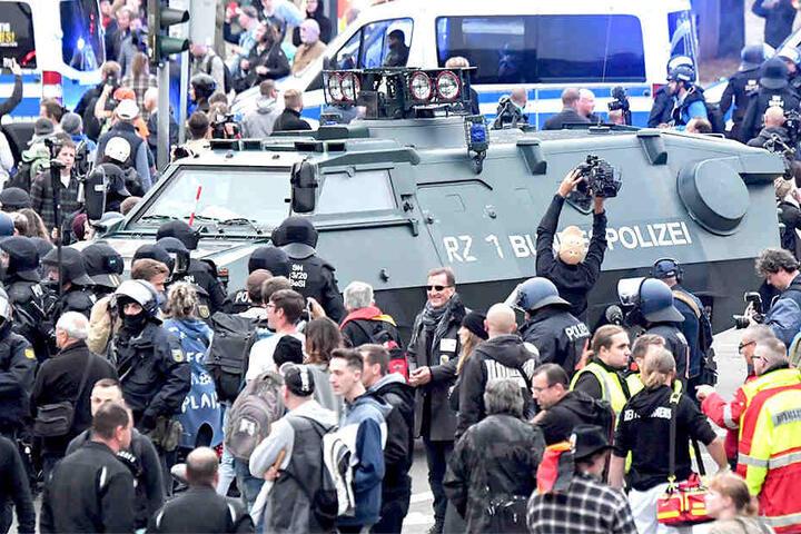 Auch gepanzerte Fahrzeuge hatte die Polizei im Einsatz.