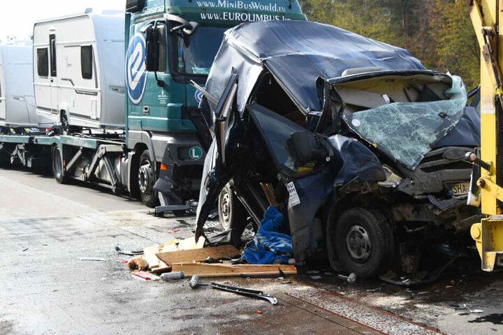 Ein Lkw-Fahrer übersah offenbar ein Stauende und knallte in das Heck eines Kleintransporters.