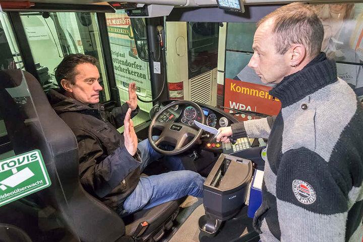 Was tun, wenn's hinterm Steuer brenzlig wird? Kampfsport-Ausbilder Olaf Guddat (52) führt mit seinem Kollegen Mario Gellesch (38) Abwehrstrategien für Busfahrer vor.
