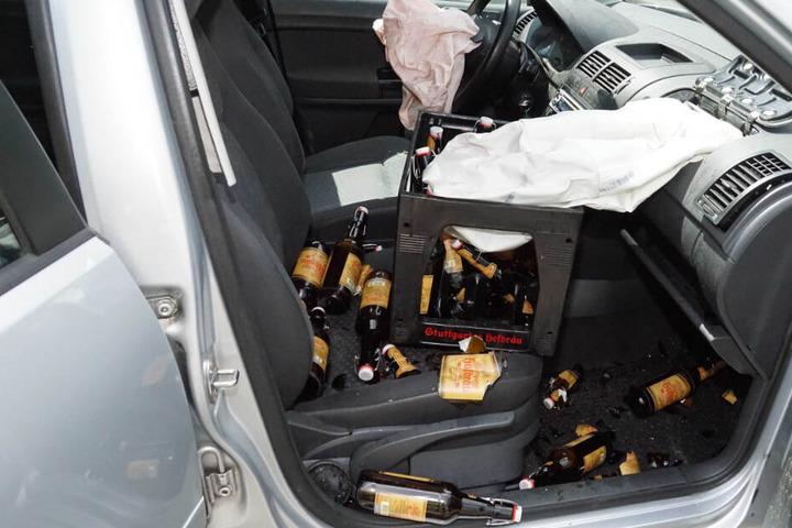 Das Auto war sowohl auf der Rückbank, als auch auf dem Vordersitz mit Getränkekisten beladen.