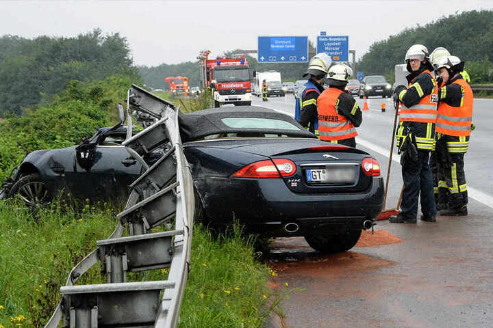Die Feuerwehr musste die Leitplanke auseinander schrauben, um an den Jaguar zu kommen.