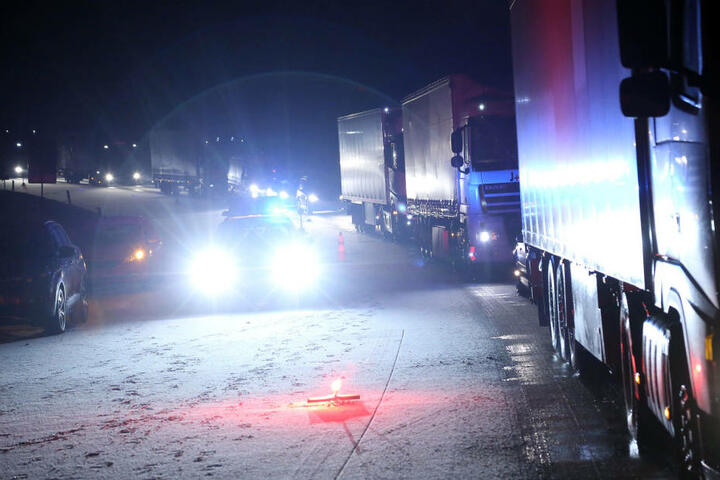 Während der Bergung staute sich der Verkehr auf der A4 bei Dresden.