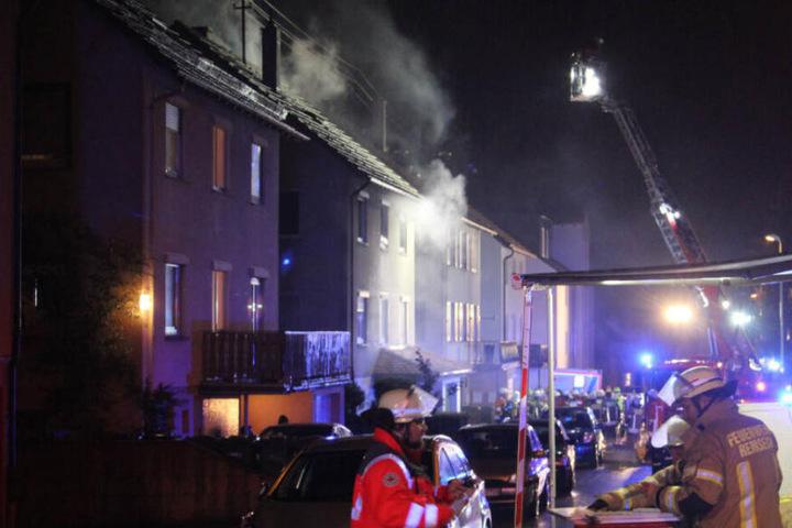 Die Feuerwehr kämpfte mit aller Macht gegen die Flammen.