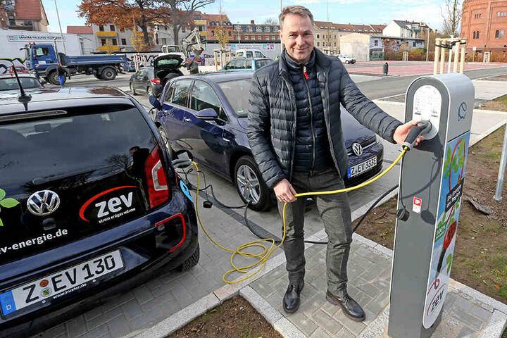 ZEV-Unternehmensentwickler Sven Fischer (46) nimmt die neue E-Zapfsäule am Alten Gasometer in Betrieb.