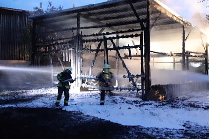 Das völlige Abbrennen konnte die Feuerwehr in Neunkirchen nicht verhindern - aber das mögliche Übergreifen auf andere Gebäude wurde unterbunden.