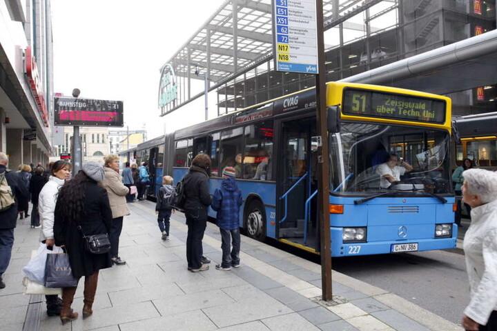 Die Kosten für ein Monatsticket für öffentliche Verkehrsmittel übersteigen  den Hartz-IV-Regelsatz enorm.