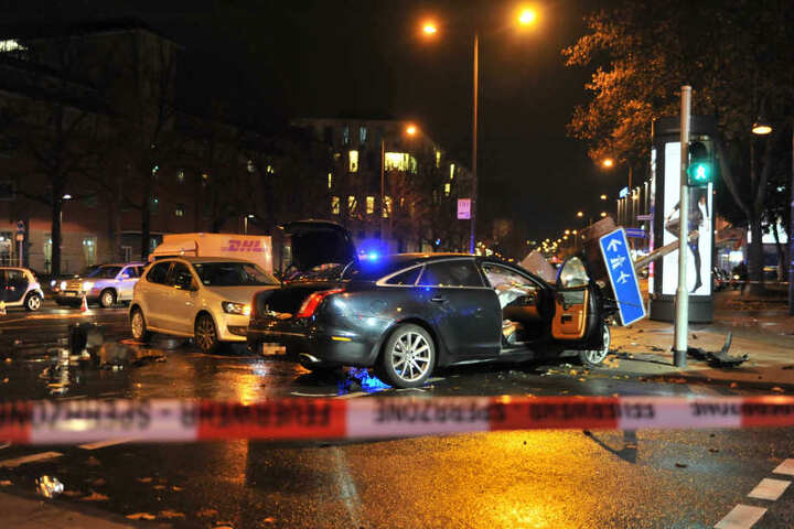 Überall Trümmer: In der Altstadt Süd war der Verkehr durch den schweren Unfall stark eingeschränkt.
