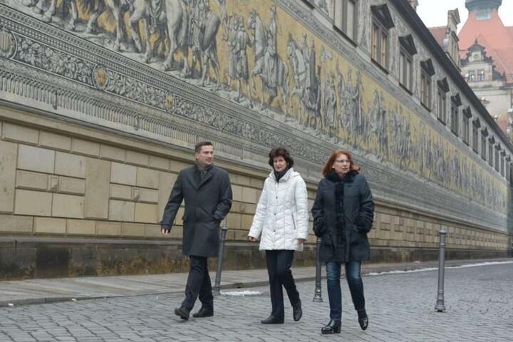 Drei sächsische Minister auf dem Weg zum Neumarkt (v.l.): Martin Dulig (Wirtschaft/Arbeit/Verkehr), Eva-Maria Stange (Wissenschaft/Kunst) und Petra Köpping (Gleichstellung/Integration).