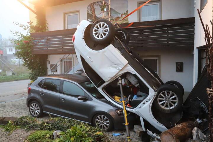 Der Audi lag Dach auf Dach auf dem geparkten VW Polo.