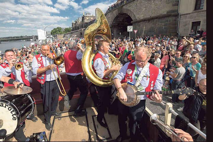 Dresden swingt! Auch, wenn in diesem Jahr mit 370.000 Gästen weniger als im  Vorjahr kamen, war das Terrassenufer prächtig gefüllt.