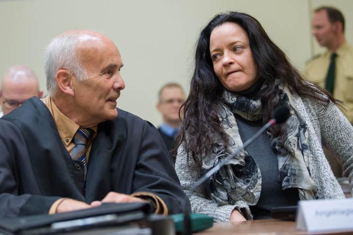 Beate Zschäpe mit ihrem Anwalt Hermann Borchert im Gericht in München.