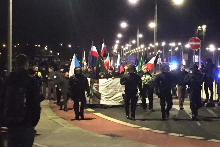 Der rechte Demonstrationszug hat den Hauptbahnhof erreicht.