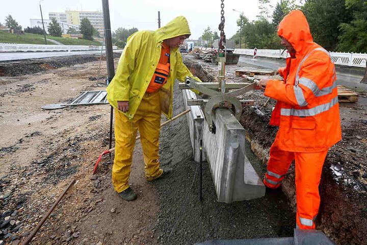 Die Bauarbeiten an der Straßenbahntrasse in Eckersbach sollen zu  Beginn des neuen Schuljahres abgeschlossen sein.