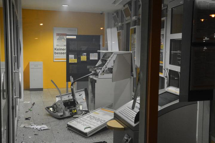 Der Geldautomat in der Commerzbank ist nun Schrott.