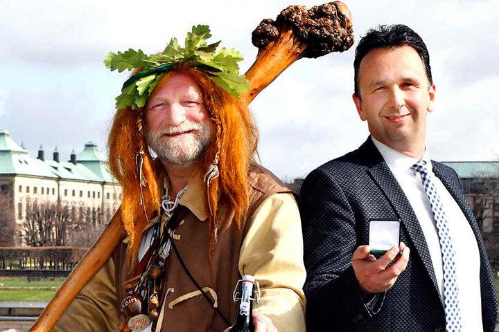 OB Marco Müller (43, CDU, r.) mit dem Maskottchen des diesjährigen Tages, dem Riesen von Riesa.