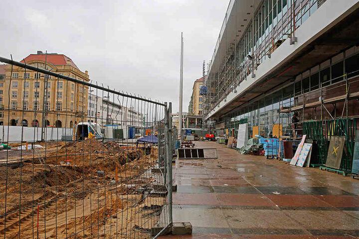 Der Großteil des Vorplatzes bekommt große Granitplatten, die den alten  Betonplatten ähneln.