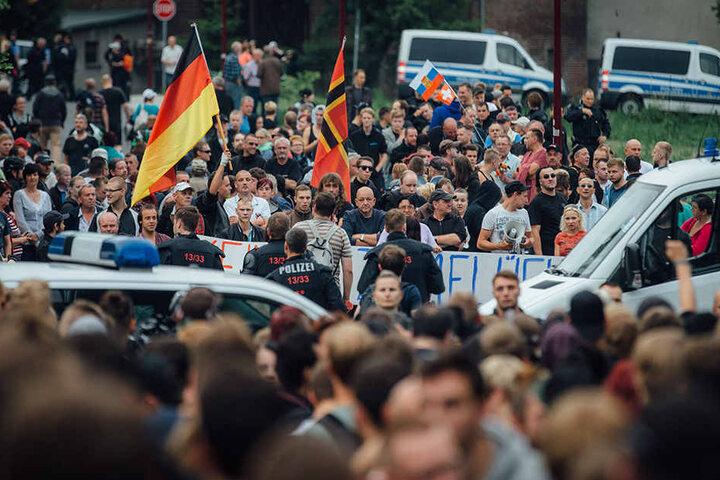 Gegner der Flüchtlingsunterkunft demonstrierten im Juni 2015 in Freital in der Nähe des ehemaligen Leonardo-Hotels.