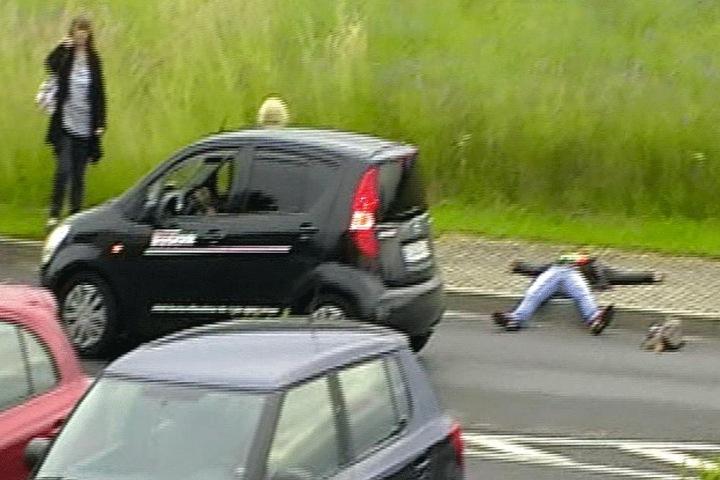 Samer D. liegt am Straßenrand, der Nissan-Fahrer stoppt, um ihm zu helfen.