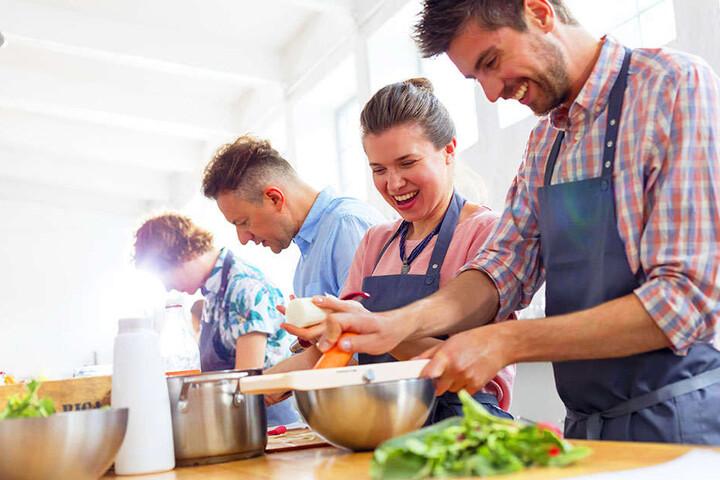 Paderborn macht Kochen zum Event und lässt wildfremde Hobby-Köche aufeinander los. Auf jeden Teilnehmer wartet ein Drei-Gänge-Menu.