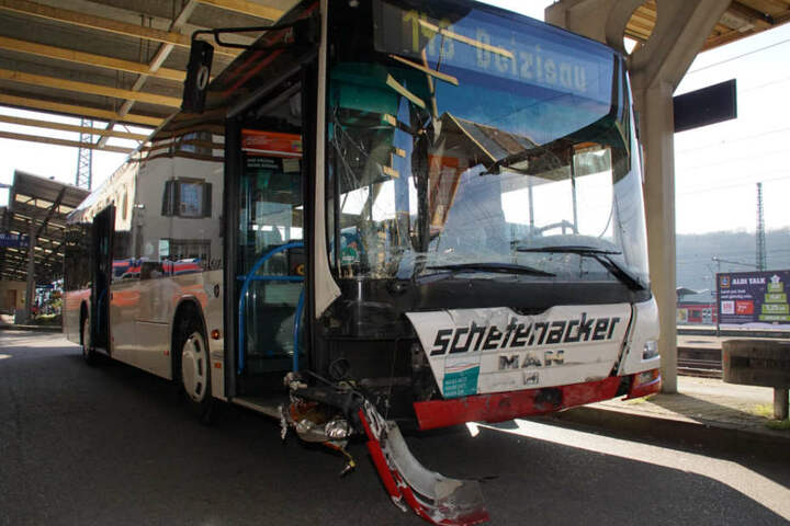 Mit diesem Linienbus war das Notarzteinsatzfahrzeug zusammengekracht. Fahrgäste waren dabei verletzt worden.