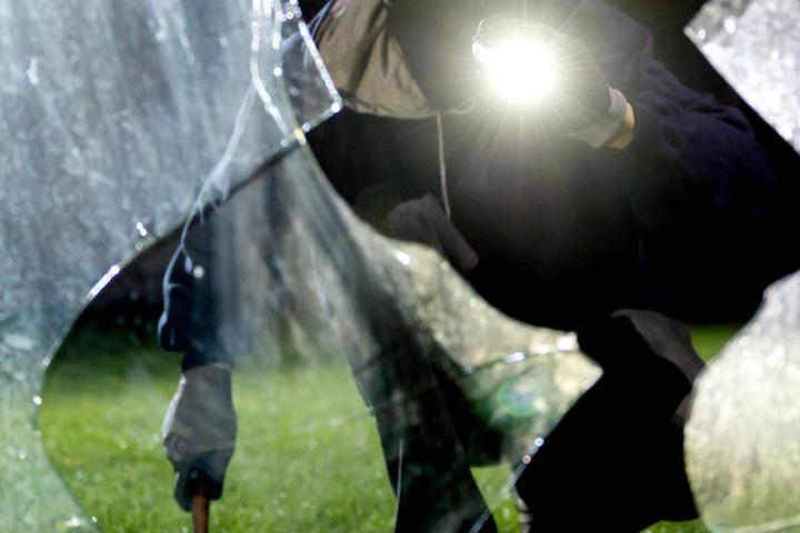 Die Einbrecher schlugen die Scheibe der Terrassentür ein, um ins Haus zu gelangen (Symbolfoto).
