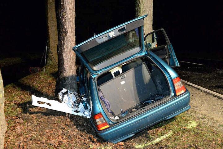 Das Auto war komplett zerstört und musste abgeschleppt werden.