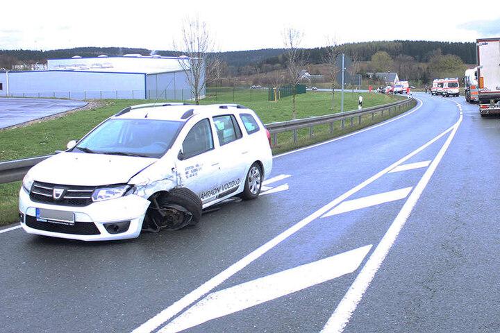 Der Dacia war am Ende einer Kurve in den Gegenverkehr geraten.