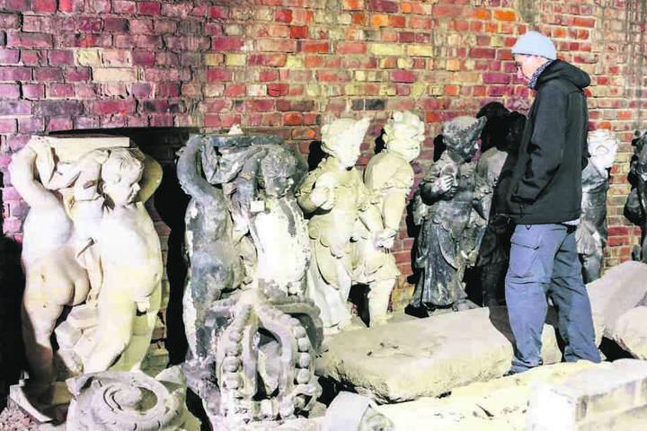 Denkmalpfleger Gerd Pfitzner kennt seine Putten aus dem Effeff.