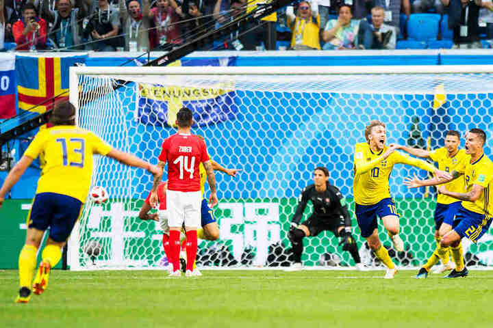 Grenzenloser Jubel: Emil Forsberg (Dritter von rechts) und seine schwedischen Teamkollegen feiern das entscheidende Tor des 26-Jährigen.