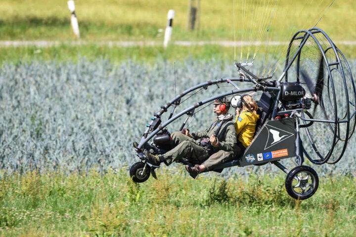 In der Luft: Ziehmutter Anne-Gabriela Schmalstieg in dem Ultraleichtflugzeug, dem die Waldrapp-Kolonie folgen soll.