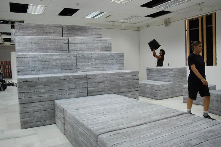 """Ruinenblöcke des griechischen Künstlers Andreas Angelidakis, die Teil der Installation """"Demos"""" sind, aufgenommen 2016 im Städtischen Kunstzentrum von Athen"""