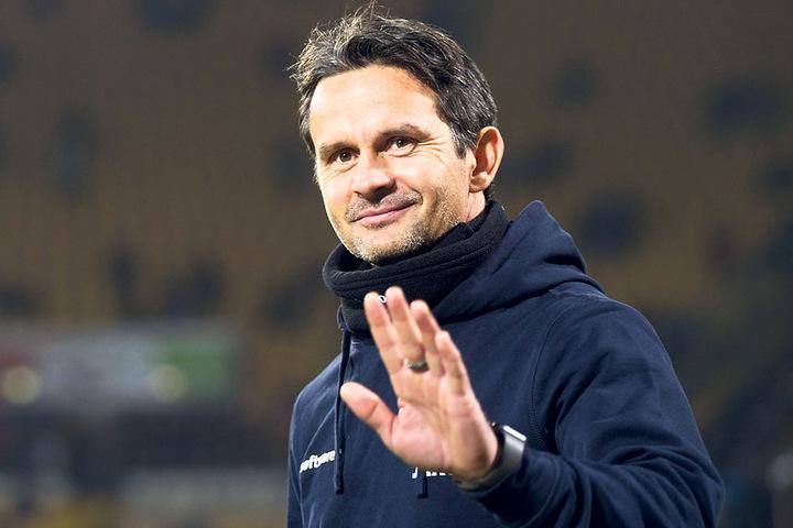 Darmstadts Trainer Dirk Schuster hatte nach dem Sieg beste Laune, schließlich hatte seine Mannschaft in Dresden drei Punkte eingesackt.