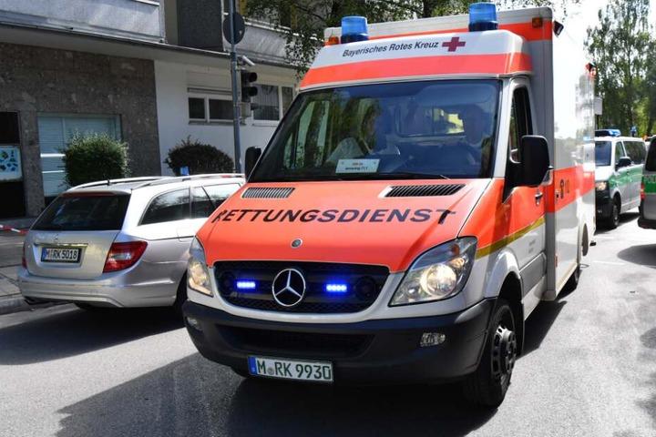 Mit einem Rettungswagen wurde der Schwerverletzte in ein Krankenhaus gefahren. (Symbolbild)